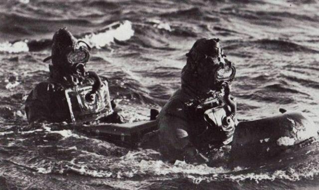 buzos-italianos-navegando-en-superficie-