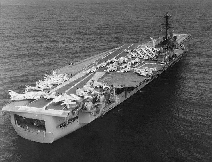 USS_Independence_%28CVA-62%29_during_shakedown_cruise_1959.jpg