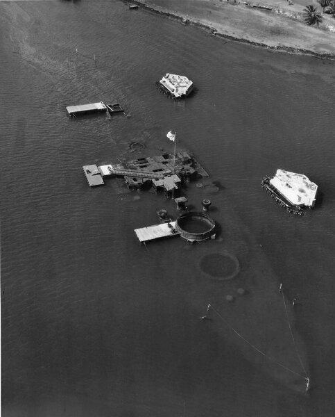 USS_Arizona_(BB-39)_wreck_in_the_1950s.j