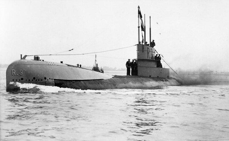British_WWI_Submarine_HMS_R3.JPG